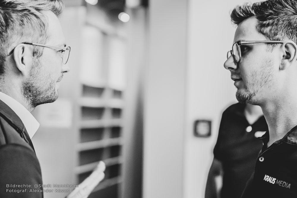 Fotograf spricht mit Kunden